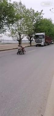 """瓷都残疾老人马路""""漂移"""" 大卡车迎面开来被紧急逼停…"""