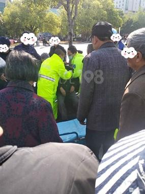 文化广场噶多人围一起!120赶到,一老人被担架抬走