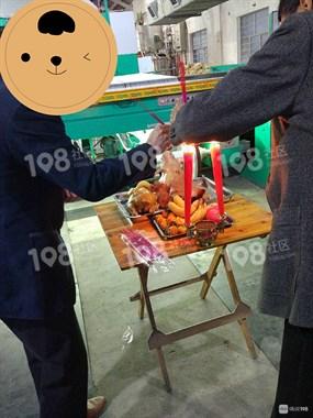 西乡这厂新机器开工有讲究!烤鸡猪头全摆上!还要…