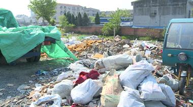 私营城附近3000㎡临时停车场成垃圾场?引来老人捡废品…