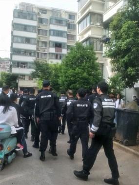 大批警察赶到丽都花园!一人偷钱被抓,现场围满人