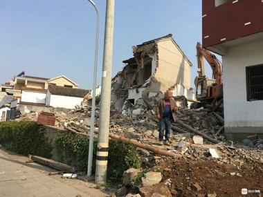 嵊州这地现场热闹古!挖机出动,嘎大一幢楼轰然倒地