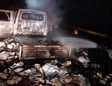 """满地""""残骸""""!绍兴高速上满载口罩的货车,着火了"""