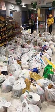 自从发了消费券,超市遭哄抢!满地全是待领货物