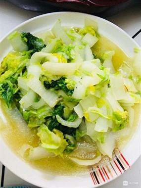大牛私房菜青椒炒鸡丁,金针炖鱼,清炒白菜,海蛎豆腐汤。