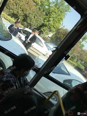 春晖大道附近严重车祸!人被卷入大车车底