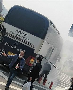 朱家尖一旅游大巴车着火 司机挨个拦车借灭火器