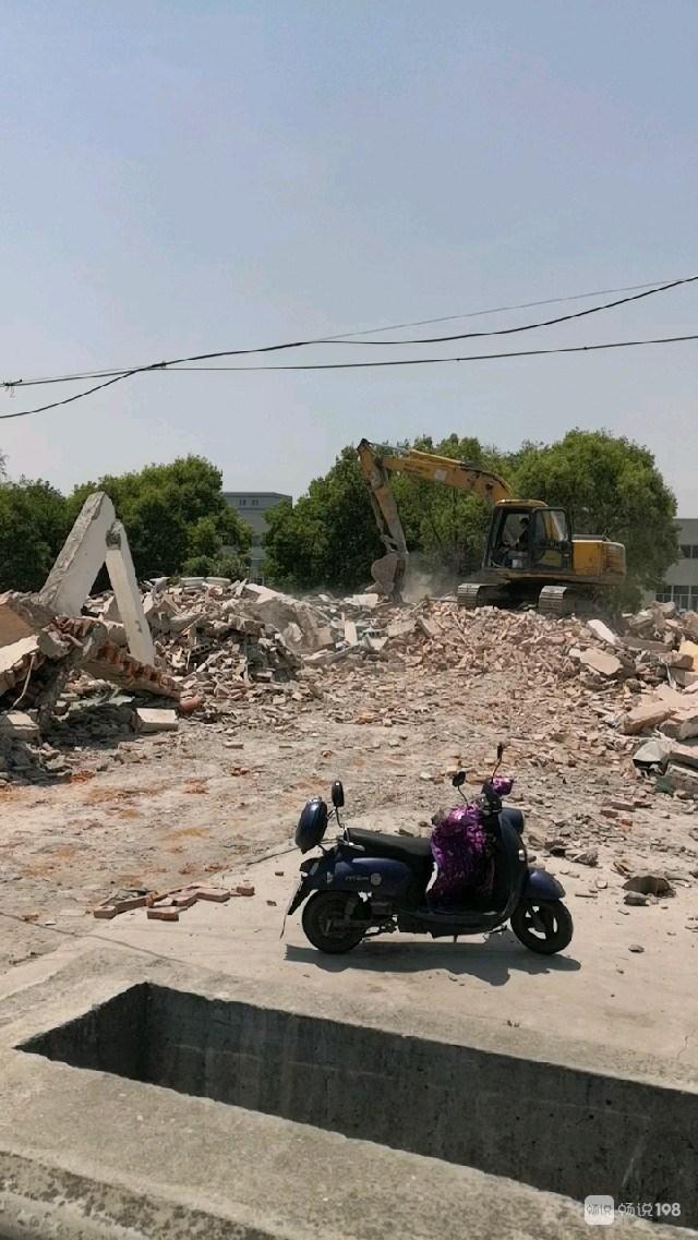 挖机现场工作!德清这地的民房正在拆除,又多一拆迁户