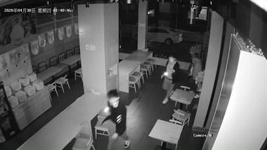 中兴南路某店刚开业,就被一群贼看上!3个小年轻大摇大摆…