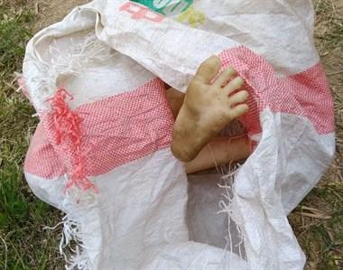 男子在竹林里挖笋,突然看到一只脚!还赤裸身体?