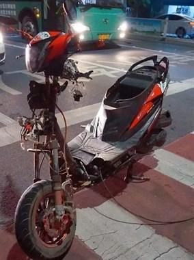 撞飞了!大唐3少年同骑1辆摩托车被撞,人飞出四五米