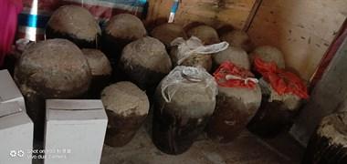 惊喜!因搬迁偶然发现15年前自酿大麦酒,几十坛都用泥封口
