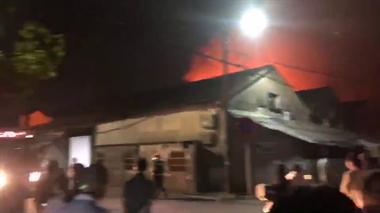 老板损失惨重!安昌某厂房着大火,火光通红比楼还高