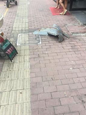 肉痛!一阵妖风吹来,三江城新奥迪A6玻璃被砸碎