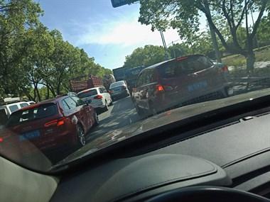 长兴这路段早高峰大堵车,一看竟是…不少人上班迟到
