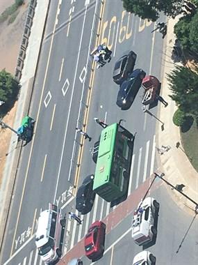 惨烈!西区一骑车女子被撞飞50米,已被120抬走…