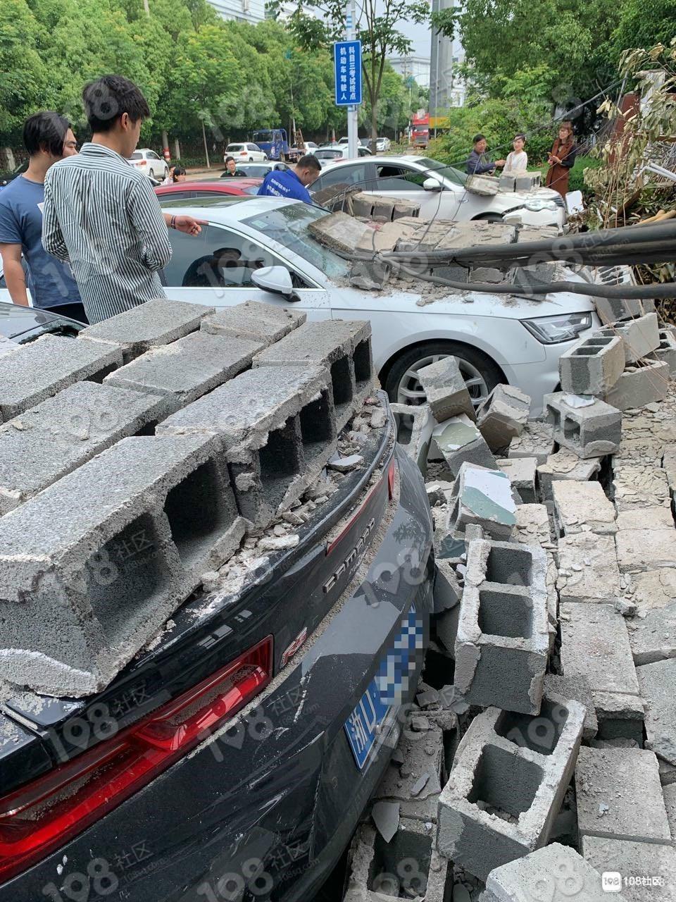 事故再演!去年压坏多辆小车,加佳路新砌的墙又倒了