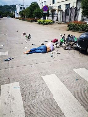 王家园这又出车祸!电瓶车被撞碎,车主倒在地上不动