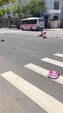 崇仁路口2人被撞坐路中,电动车散架!肇事者跑了