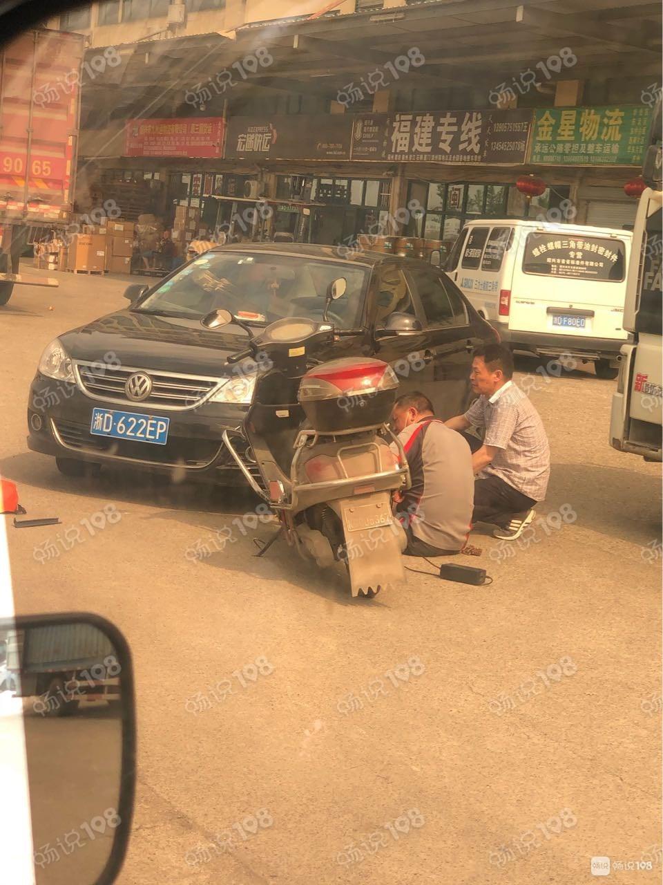 围了好多人!越城一大哥骑车被撞,腿部骨折脾胃受伤