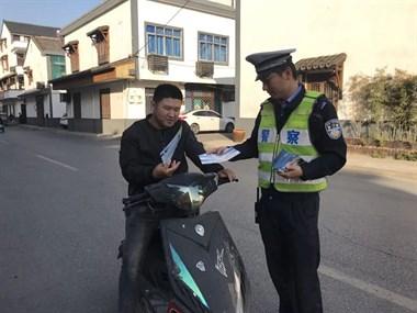开始严查戴头盔!洛舍街头已有多人被逮到,有人当场被罚…