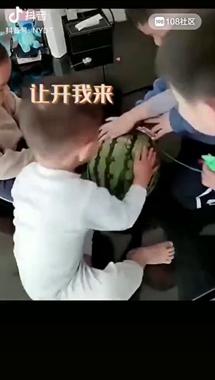 几个小孩徒手开西瓜,用的方式把家长都惊呆了