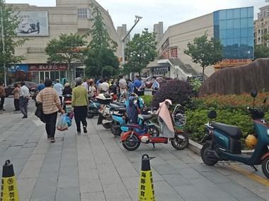 菜场门口看到这一幕:流动菜贩和城管争执,多人围观