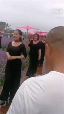 网红花海出现这一群人,黑衣红伞,走路很有范儿