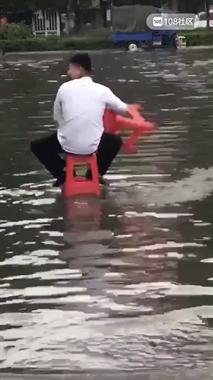 最新学到的过积水路面的办法,脚都不会湿!快收藏!