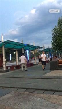 城市广场遇到这个人一定要小心!动不动就骂人