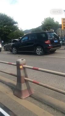 突发!诸暨市区5车相撞,堵车队伍已经排的老长