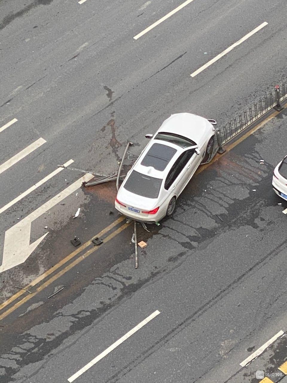 """德清大道一宝马""""起飞""""失败!撞断30多米隔离栏,车头毁了"""