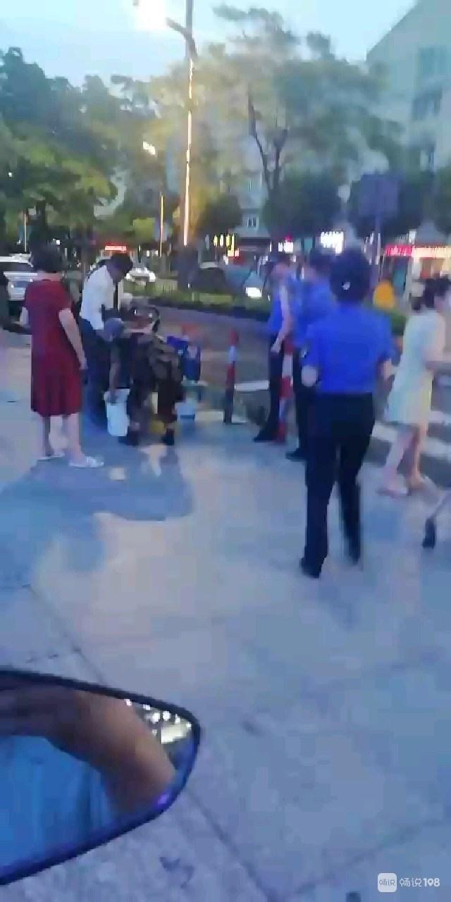 武康这超市门口一老人摆摊被城管抓到了!周围人竟然都称赞…