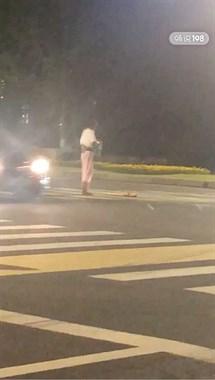 在干嘛?市民大道一女子站在马路中间,还做出这奇怪行为