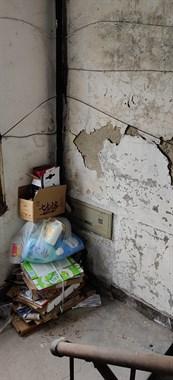 小越某小区这么破的楼道,住户希望有人来管管!