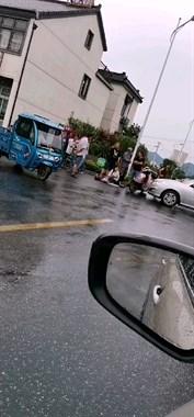 德清这路口一电动车和汽车相撞!有人倒地 现场争吵起来了