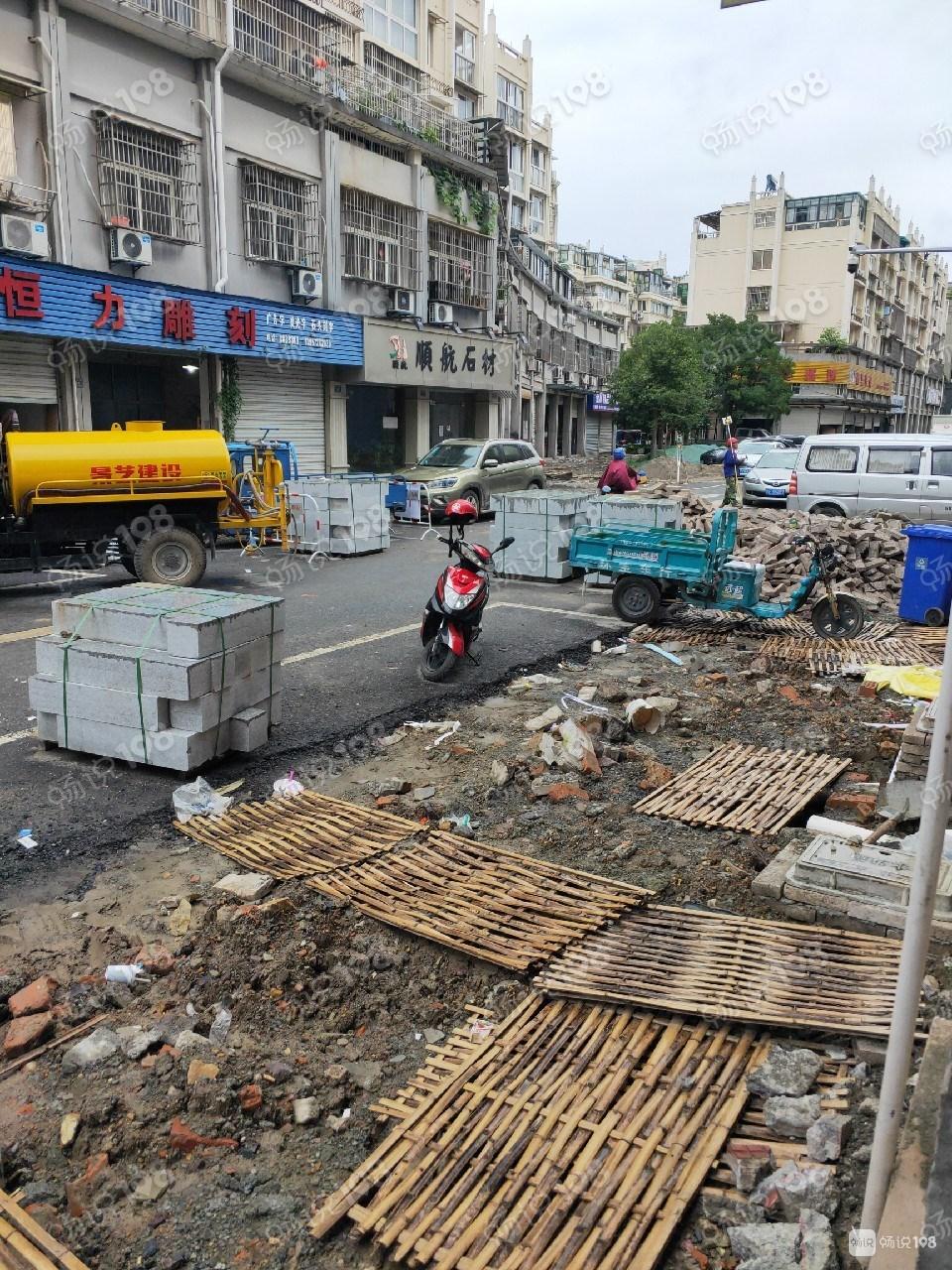 百渚巷两边全被拦住 好多建筑材料占路!车子进出成大问题