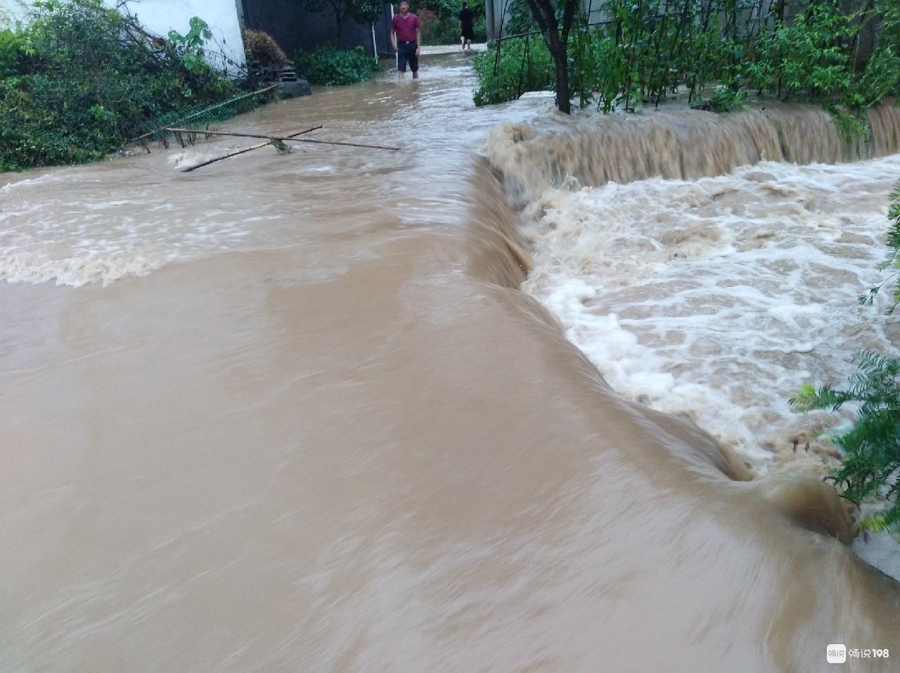 这地方发大水了!山体滑坡房子被埋,连路都没了