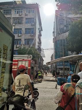 兴康南路,莫干新村这起火了。救护车消费车都到了