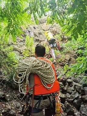 袁花一男子爬上断崖欲轻生,救援队、警察、120紧急到场!