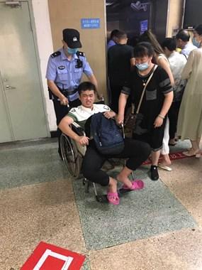 满满的正能量,延平区一高考学生无法行走,民警全力帮助!