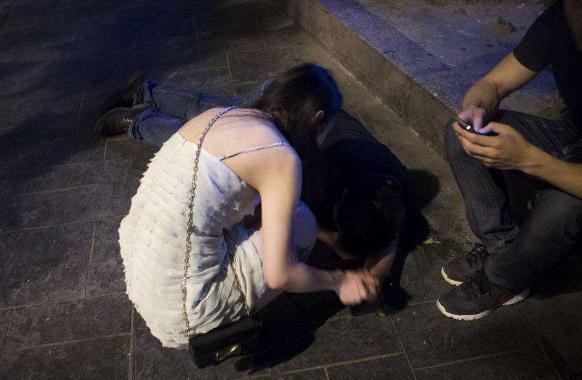 亲眼目睹!路边一男子打了女的两巴掌,有人在劝架…
