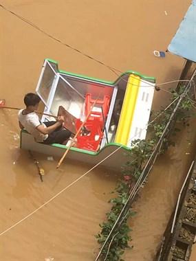 景德镇美女被大水困住!这个男人居然划着冷柜来救她