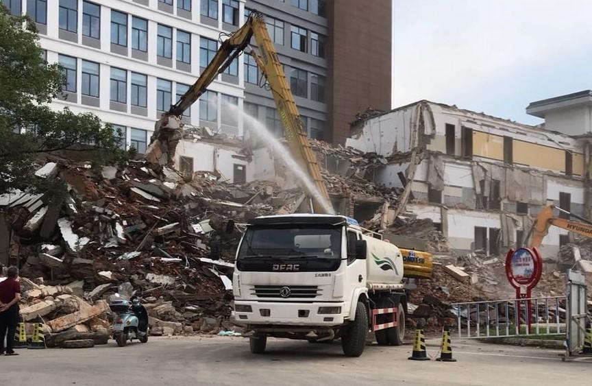 轰然倒塌!多台挖机出动!景德镇这地方旧楼正在拆除