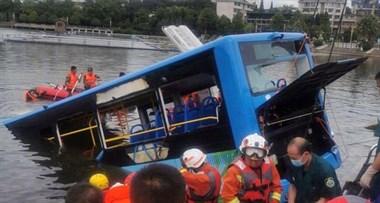 公交坠湖事件通报:司机对拆迁不满 蓄意报复社会!