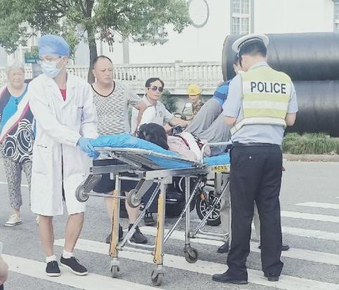 岱山发生一起车祸!斑马线上电动车撞人,120紧急送医