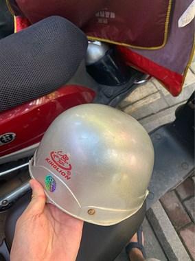 好恶心!车上头盔都被换了,还有社友被连偷2个的