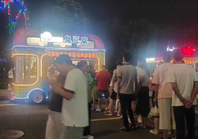 一家三口打卡这条街 吃臭豆腐冰淇淋 烟火气十足!