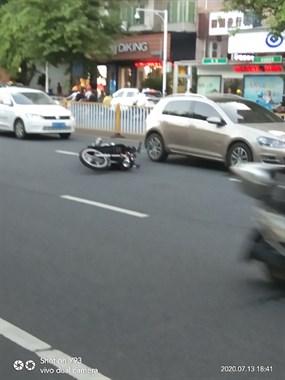 朝阳路口一摩托车倒在马路中央!来来往往全是车