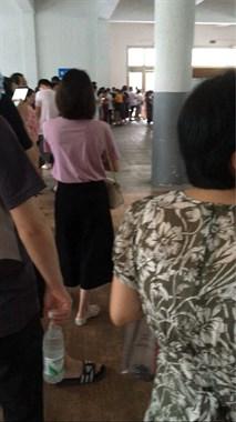 现场实拍!仙湖幼儿园排起长队,上百个家长在焦急等待